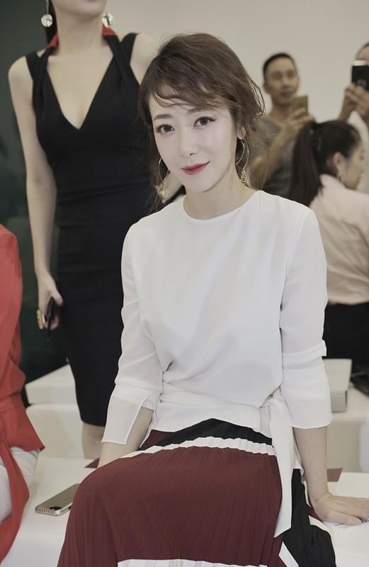 陈紫函现身时尚发布会 微醺眼妆尽展迷人魅力