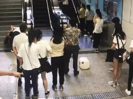 """南宁地铁扶梯""""飞来横物"""" 乘客不慎被砸伤"""