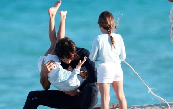 费德勒带家人海滩度假变暖男