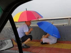 孕妇与家人堵气外出 大雨突至急得在钢城大桥上哭