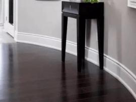 在家装设计时 地板要惊艳 全靠踢脚线!