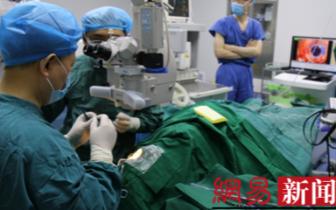 不用刀创口小于头发丝 重庆首例飞秒角膜移植手术成功实施