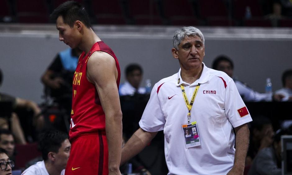 扬纳基斯担任中国男篮主教练。