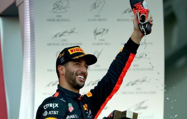 F1巴库里卡多夺冠用鞋喝香槟