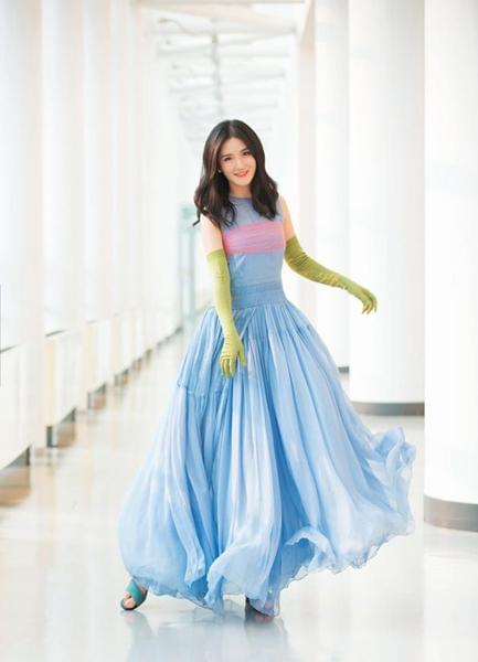 """谢娜穿长裙绿手套被批""""土"""",网友:两口子都是时尚绝缘体"""