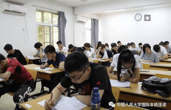 考生参加英语笔试