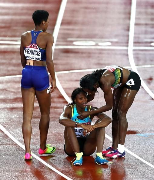GIF-悲剧!女子400米领先者终点线前受伤 冠军送人