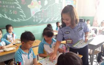 """容城交警积极开展农村""""新五进""""宣传"""