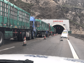 高速芦芽山至保德段车流量大 部分路段拥堵