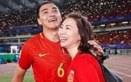 冯潇霆拥抱央视美女记者