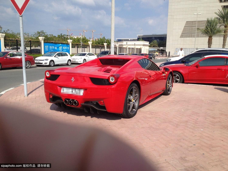 迪拜大学校园停车场 好似豪车展