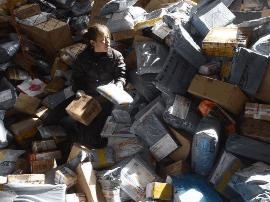 每年快递包装废弃物达百万吨级 回收率却不足10%