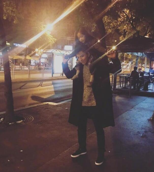 王大陆街头让妹妹骑脖子上 幽默称:我的健身器材