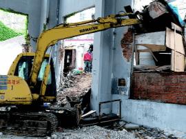 岛城延吉路158号 千余平方米违法建筑开始拆除