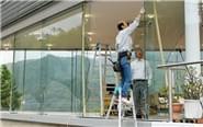 日本地震致商店玻璃被震碎
