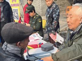 退休医生唐伯模:学习雷锋精神 热心社区事务