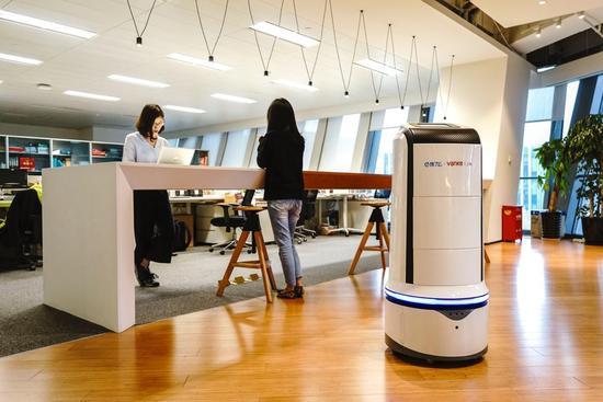 饿了么外卖机器人完成首次楼宇内外卖订单配送