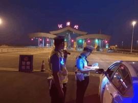 男子捡个东西贴在自己车上 却被交警重罚