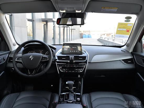宝沃 稳步向前 试驾宝沃BX5 1.8T四驱尊享型 主要配置差异一览   平行进口车BX5全系共有9款车型,就配置差异而言,主要分5个不同配置:都市型、风尚型、锋锐型、智享型和尊享型;全系搭载一款1.8T发动机,变速箱分6速手动和6速手自一体两种;有前置前驱(即两驱)和前置四驱两种驱动方式,其中两驱5款,四驱4款;都市型只有两驱,顶配尊享型只有四驱,其余3个配置的车款都有两驱和四驱可选;BX5的AWD四驱系统为适时四驱,主要是在湿滑等路况下维持车辆的循迹性以保证驾驶安全;毕竟BX5主要使用场景是城市