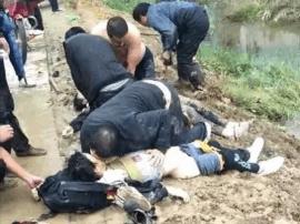 一轿车翻路边水沟 邓州村民掀车捞人对嘴施救