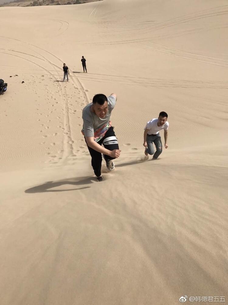 大韩带儿子沙漠飙车 自嘲吃烤全羊:其实吃的是沙子