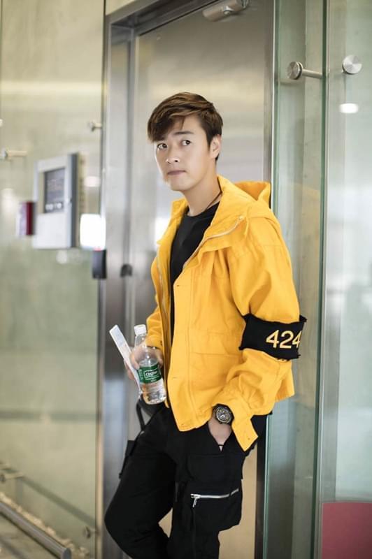 张桐一身潮装现身机场 黄色卫衣亮眼帅气