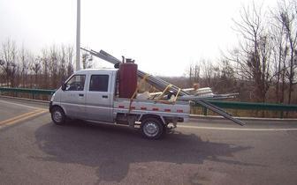 货车司机载超长货上高速被查  称:已经系牢