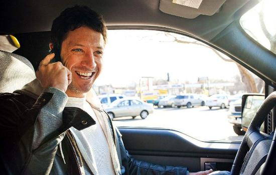 法国新法律禁止车内使用手机 即便停到路边也不行