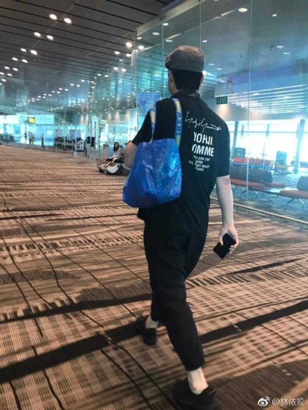 林依轮现身机场 身背编织袋走路带风引风潮