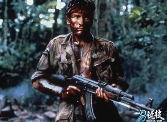 《野战排》中男主角用AK-47打死了自己的战友