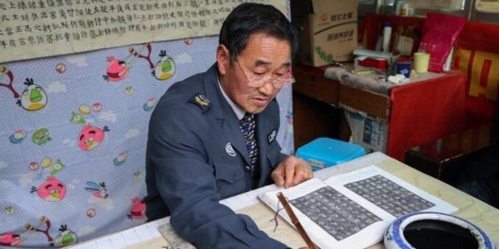 贵州高校保安热爱书法 一手好字令人叫绝