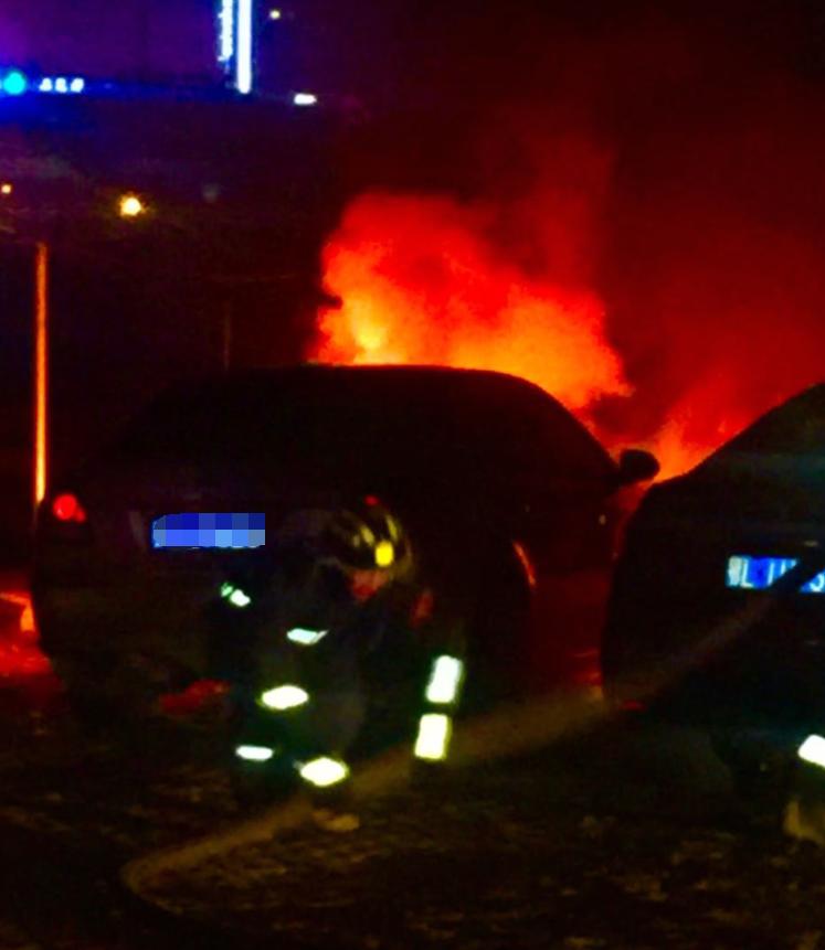 咸宁城区一辆小轿车夜间起火 起火原因还在调查中