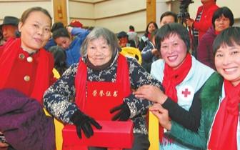 """珠海市红十字会表彰 94岁洪惠英获""""特别贡献奖"""""""
