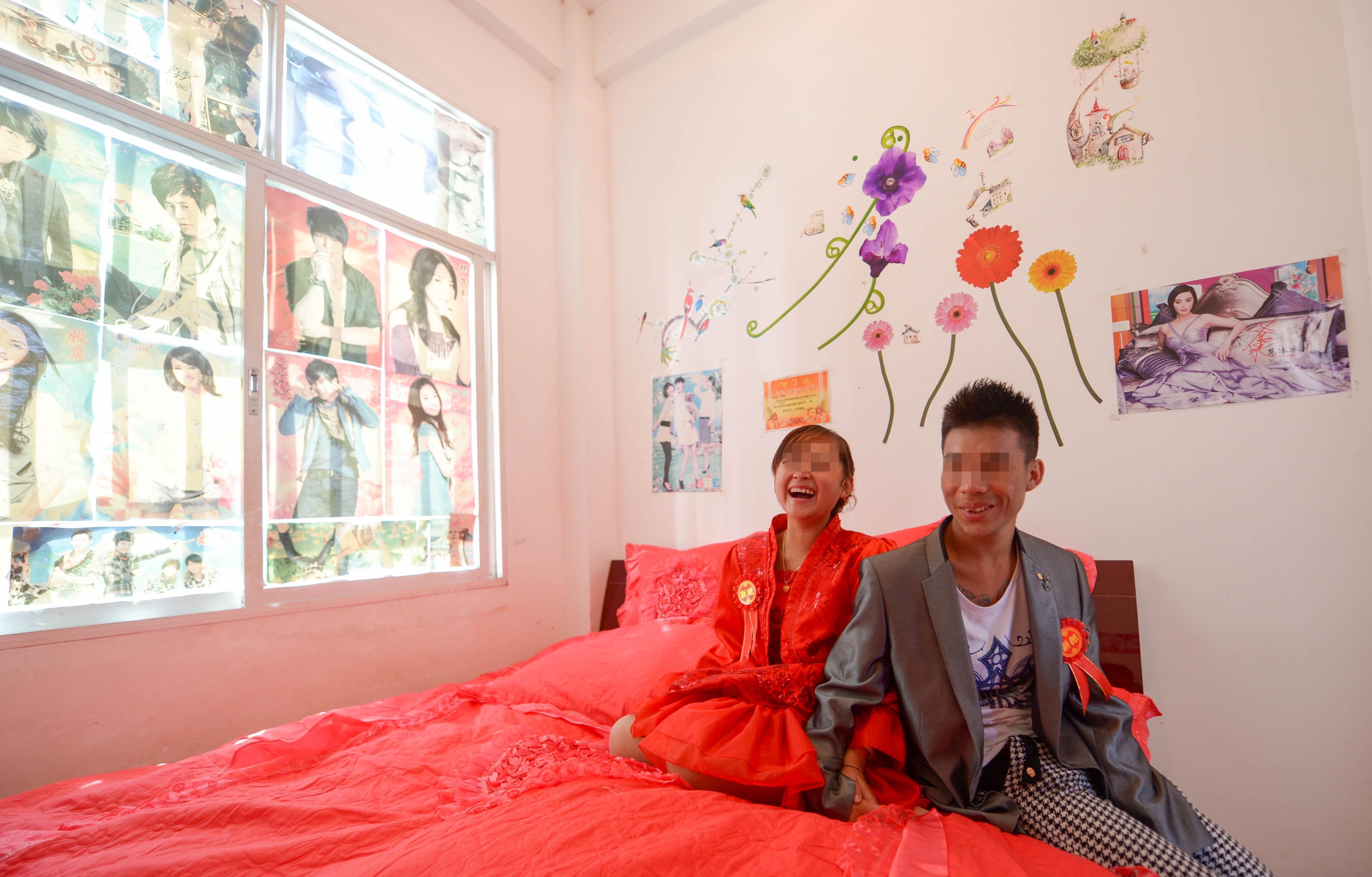 """2014年11月27日,云南金平现""""早婚现象"""",20岁出头的夫妻已有一个6岁女儿。/视觉中国"""