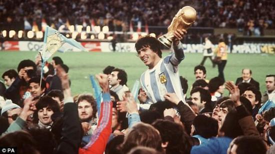 9寸黑白电视机前,千人围看世界杯,阿根廷初代天王就玩上帝之手