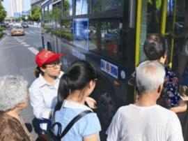 公交站台维护突击队120名志愿者 引导市民文明乘车