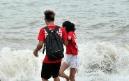 台风过境 民众到海边戏浪