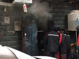 饭店厨房起火 十多名快递小哥排队灭火