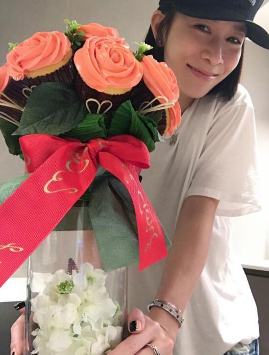 美到舍不得吃!佘诗曼捧着鲜花蛋糕对镜头甜笑