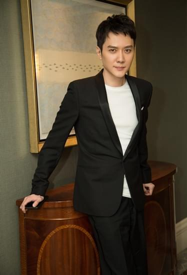 冯绍峰亮相上海某活动 绅士西装尽显贵族气质