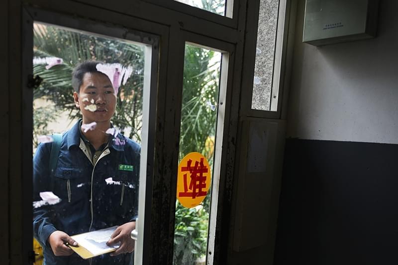 2012年09月27日,云南省昆明市,投递包裹和挂号信时,邮递员就必须联系到签收人,因此只能一家一家顺着联系。