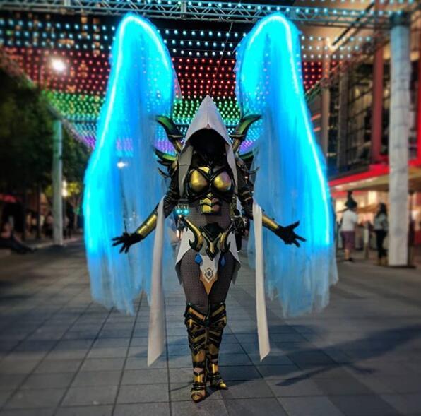 这个暗黑3Coser把希望天使演绎成了行走的霓虹灯
