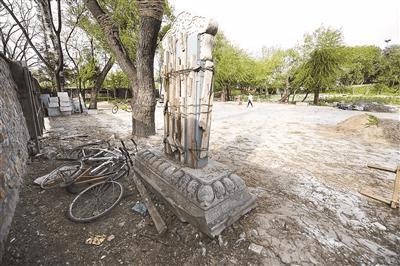 北大校园内乾隆御书碑被荒置 属于圆明园遗物