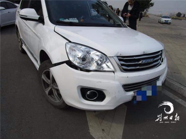 长江大桥上被追尾,女司机一慌乱踩油门,导致……