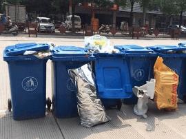 福州小区门口傍晚垃圾桶成排堆 挤占非机动车道