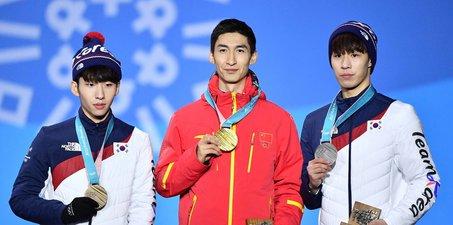 中国脊梁!武大靖登上冠军领奖台 展示金牌
