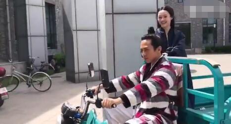 日常秀恩爱!邓超开三轮车载孙俪十分接地气