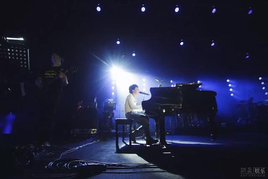 赵雷钢琴弹唱《无法长大》