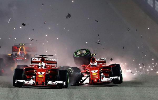 法拉利两车首圈相撞退赛