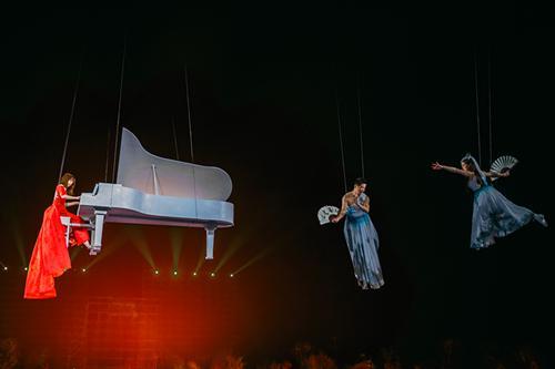 阿兰参加央视节目 首次挑战高空演奏
